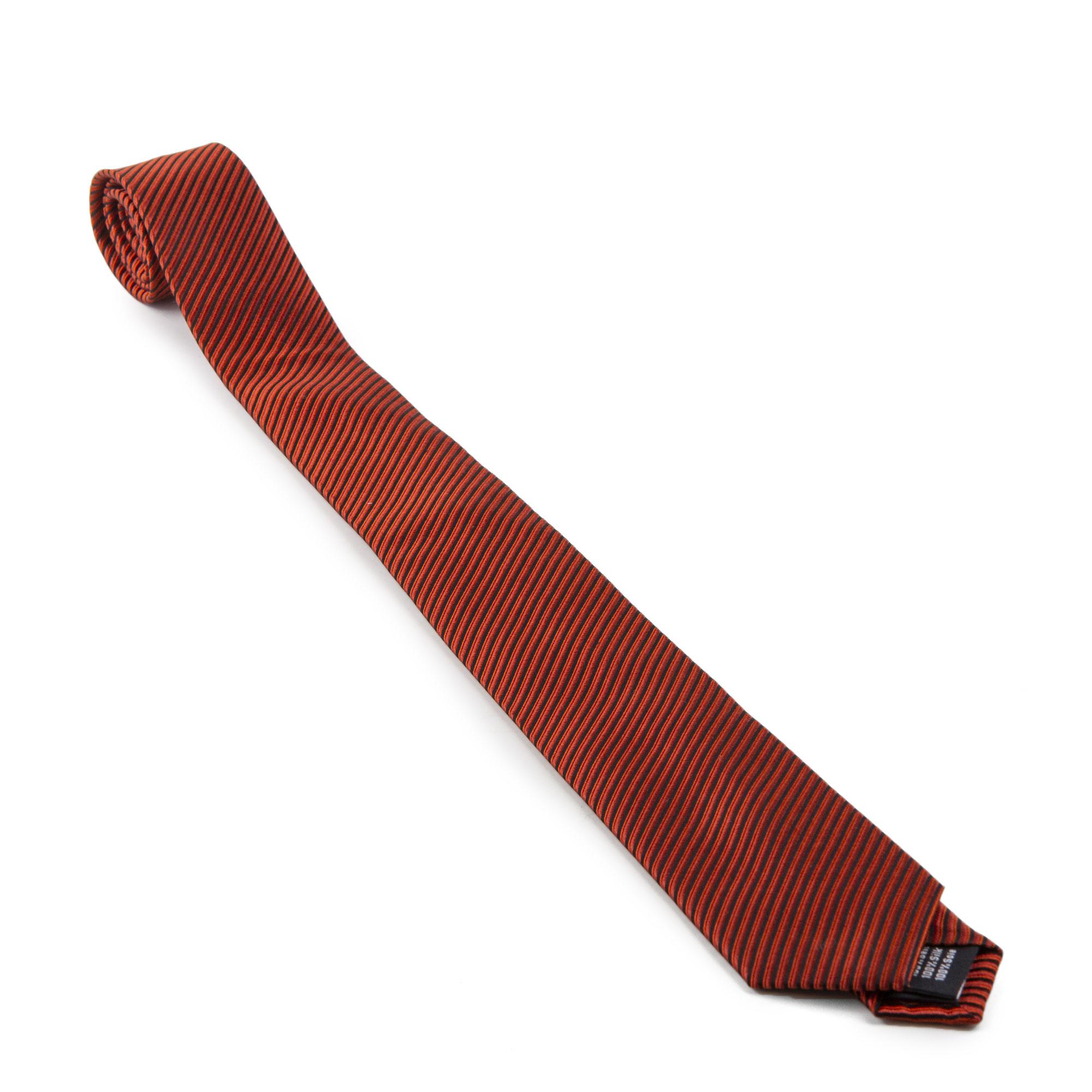 6b3f514280fc3 CASAMODA Cravate Homme CASAMODA VENTI Optez pour cette cravate 100% soie  satinée pour homme de qualité Casamoda à rayures oranges, noir et marrons .